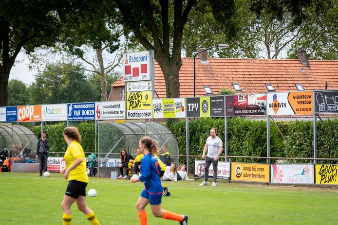 Reclame langs het veld van Boekel Sport tijdens een wedstrijd van de Dames 1