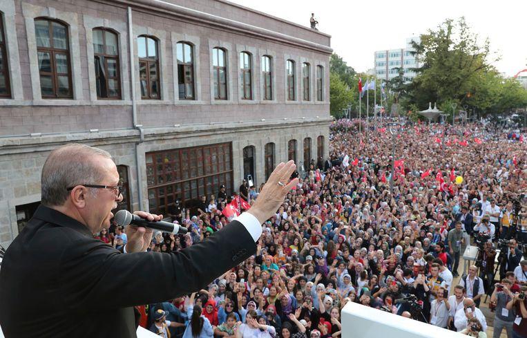 De Turkse president Recep Tayyip Erdogan spreekt zijn aanhangers toe in de Turkse stad Trabzon. Beeld AP