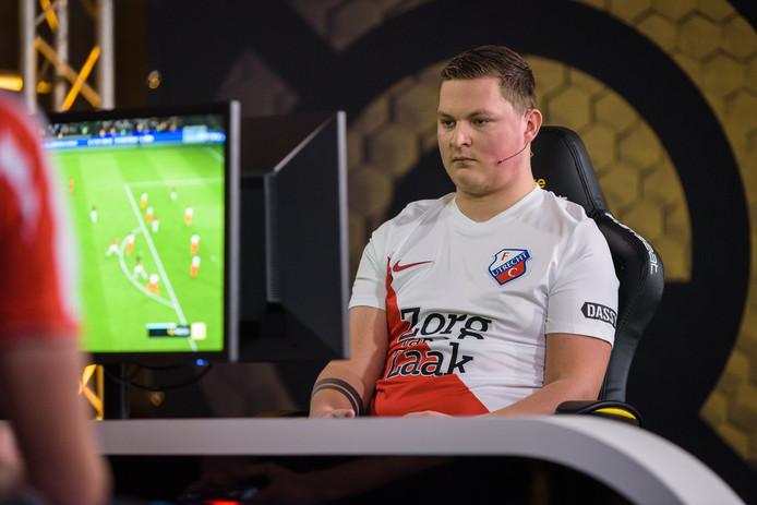 Melvin Boere (FC Utrecht) gooide in de eDivisie uit frustratie zijn controller neer terwijl de wedstrijd tegen Vitesse nog bezig was.