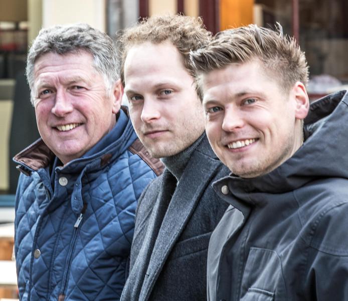 Joram Hendriks (midden) wordt geflankeerd door vader Bert Hendriks en broer Jordy Hendriks. De trainer van SVI gaat aan de slag in de jeugdopleiding van PEC Zwolle.