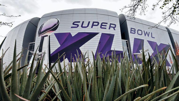 Het University of Phoenix Stadium en het logo van Super Bowl 49. Beeld epa