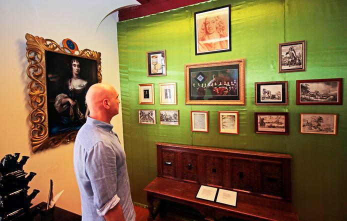 Adriaan Herweijer van Rodenburg bekijkt de expositie over Cornelis de Witt in het oude gemeentehuis.