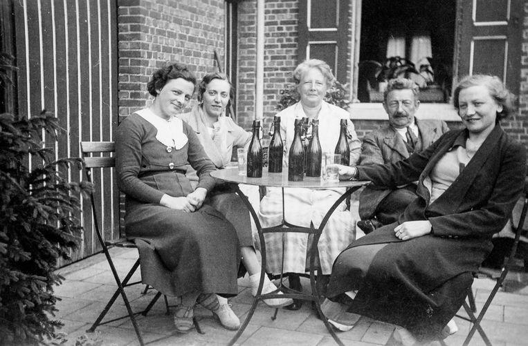Op zolder vond Bert enkele foto's uit de oude doos. Hier zie je z'n grootvader Louis Adriaan Van Ballaer in het gezelschap van zijn echtgenote Ana Truyens, dochters Mia en Angèle en en schoondochter.   -