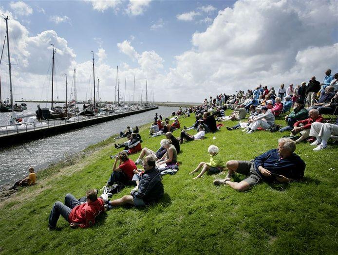 Publiek op de IJsselmeerdijk