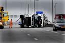 Lege Poolse vrachtwagen slaatom op de A27 door de zware storm.