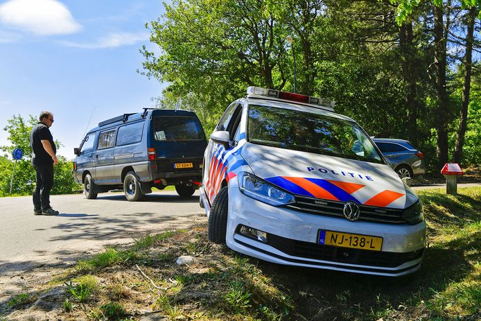 De politieauto werd uit de sloot getrokken met behulp van een voorbijganger.