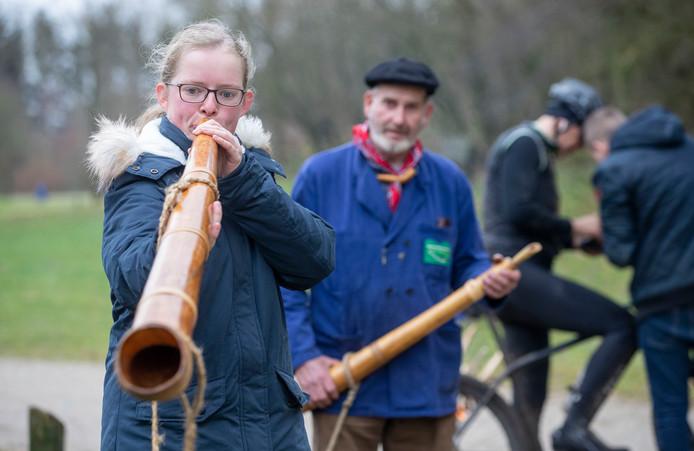 Ook bezoekers mogen zaterdagmiddag proberen geluid te maken op de midwinterhoorn.