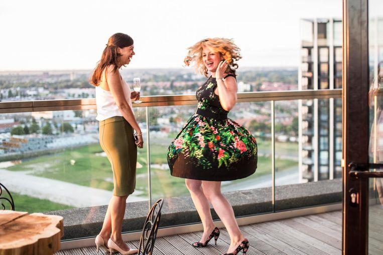 Merel Straathof en Lorianne van Gelder ontdekten hoe je steeds opnieuw een welkomstcava krijgt: rondjes blijven lopen. Hier iets later op de avond Beeld Eva Plevier