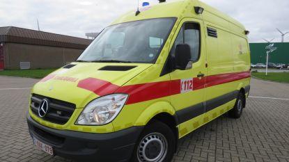 Bromfietser (70) naar ziekenhuis na val