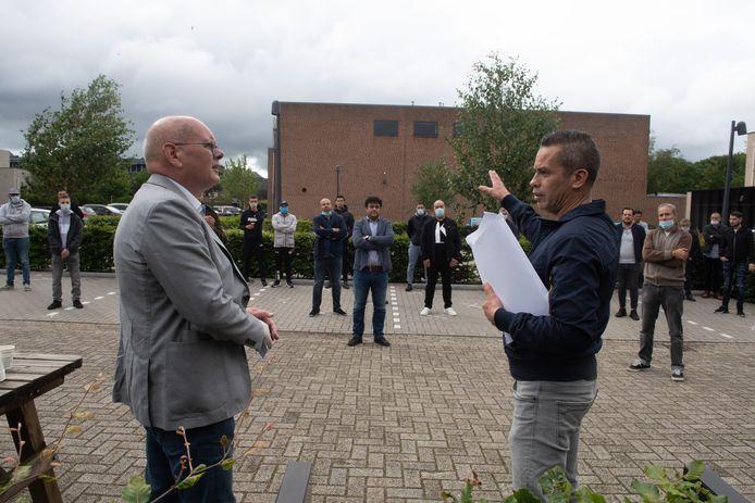 Igor Toes overhandigde vrijdagochtend namens familieleden, vrienden en buurtbewoners 8500 handtekeningen aan Bert Bosman, manager wonen van de Alliantie.