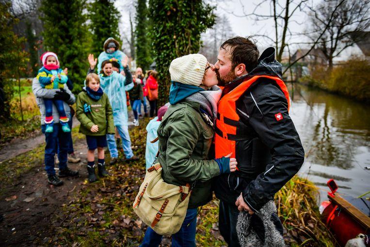 Gwende Ooms nam haar man Nicola Dejaeghere stevig vast na zijn zware tocht.
