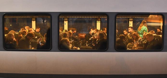 De treinen op de Maaslijn zitten vaak overvol met passagiers.