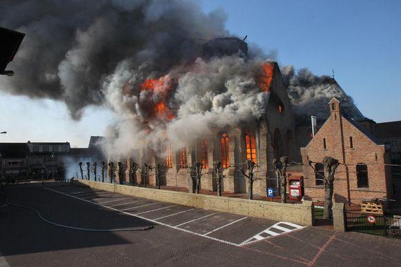 De brand in de Sint-Niklaaskerk in Westkapelle op 26 maart 2013.
