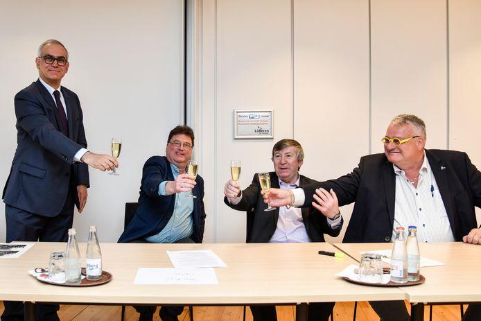 Voorzitter Hans Van Duysen, burgemeesters Filip Anthuenis en Luc De Ryck en erevoorzitter Raoul Van Raemdonck klinken op de oprichting van KSC Lokeren-Temse.