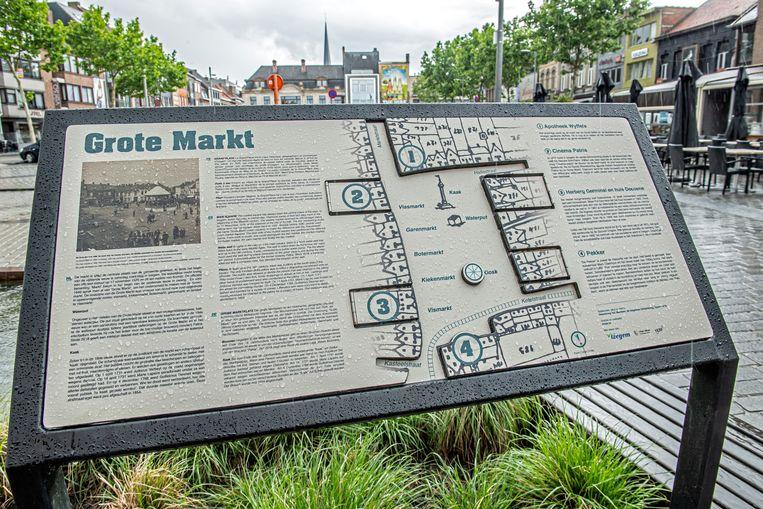 Het nieuwe toeristische-historische infobord op de Grote Markt.