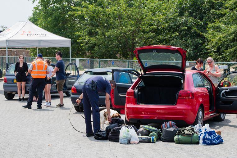 Steekproefgewijs werden festivalgangers gecontroleerd op drugs. De hele wagen diende voor de drughond uitgeladen te worden.