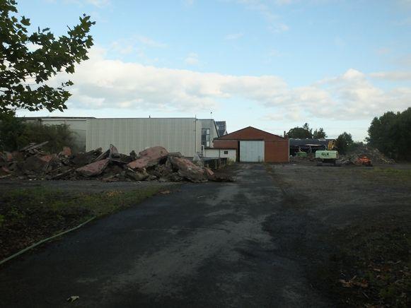 Een deel van de gebouwen ligt al tegen de vlakte.