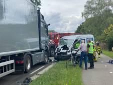 Bestuurder komt op verkeerde weghelft terecht en botst tegen vrachtwagen bij Uddel