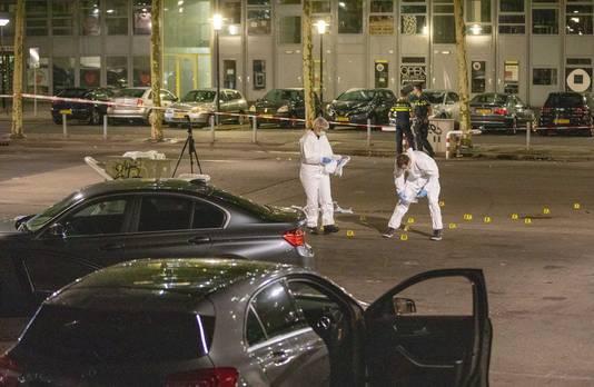 De politie doet onderzoek bij metrostation Kraaiennest.