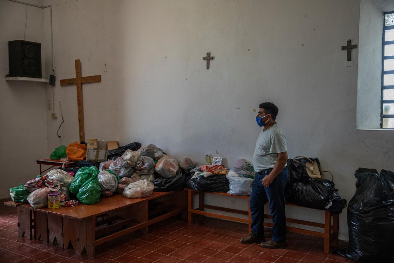 Voedselpakketten voor families die te lijden hebben door  overstromingen.  Beeld Alejandro Cegarra/de Volkskrant