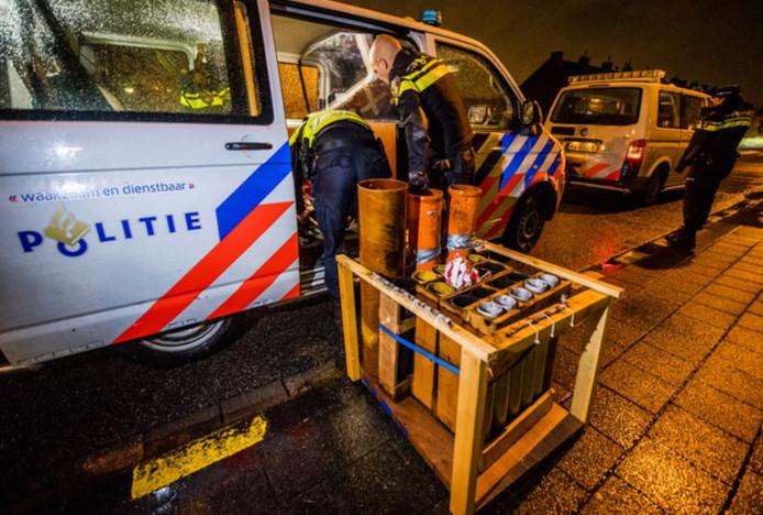 De politie neemt de stellage met mortierbommen mee vanaf het Kikkerveen.