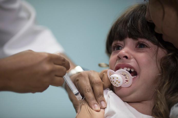 Een 3-jarig meisje wordt ingeënt in Rio de Janeiro.