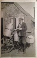 Gradus Coolen melkventer, vader van Peter Coolen voor hun huis op Achterlo, 40'er jaren.
