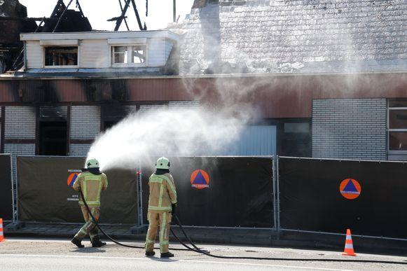 De brandweer spoot de hele gevel schoon en verwijderde de asbest.