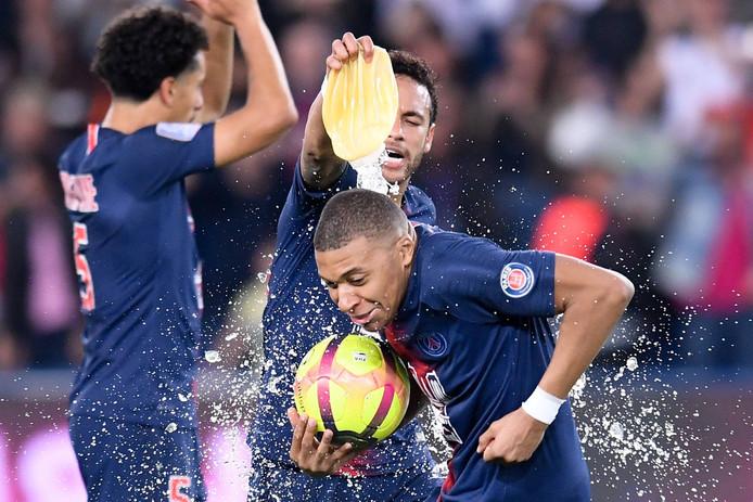 Mbappé viert de Franse titel met Neymar.