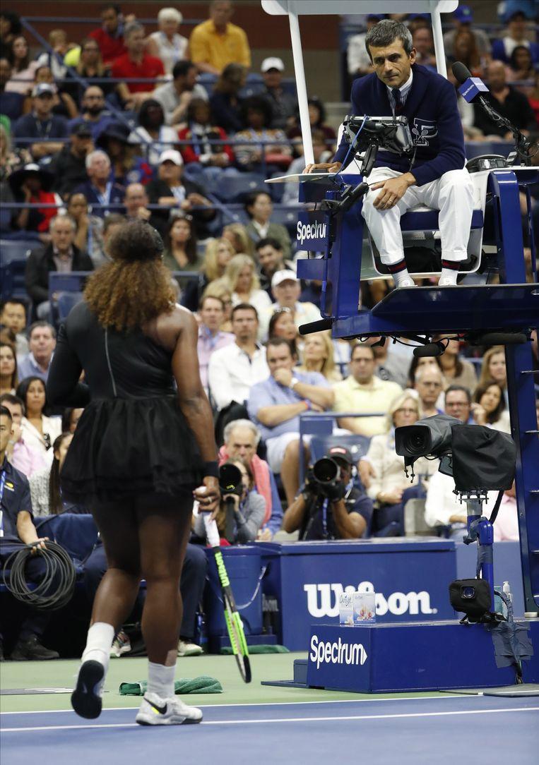 Serena Williams in discussie met de umpire.