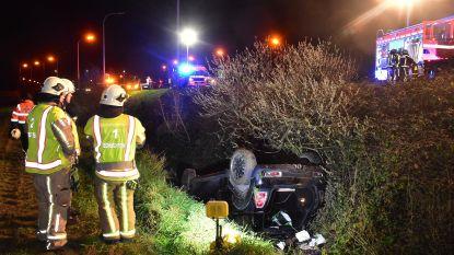 Op weg naar verjaardagsetentje: vrouw ligt twee uur ondersteboven met auto in de gracht voor ze gevonden wordt