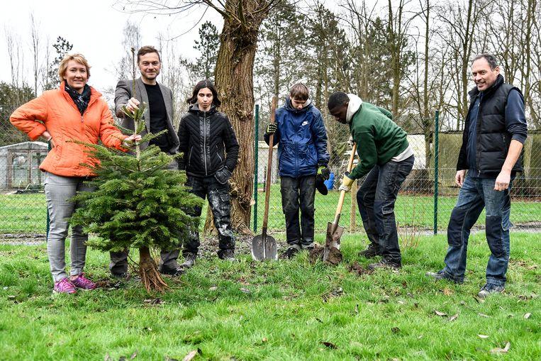 Leerlingen van het GO!Talent planten de eerste bomen op het terrein in de Galeidestraat. Ze krijgen hulp van leerkracht Dirk De Smedt, directeur  Tom Rydant en schepen van Natuur Nele Cleemput.