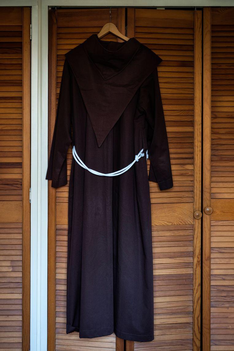 De bruine pij die Frans Lieshout aantrekt als hij naar de kapel gaat om te bidden. Beeld Linelle Deunk