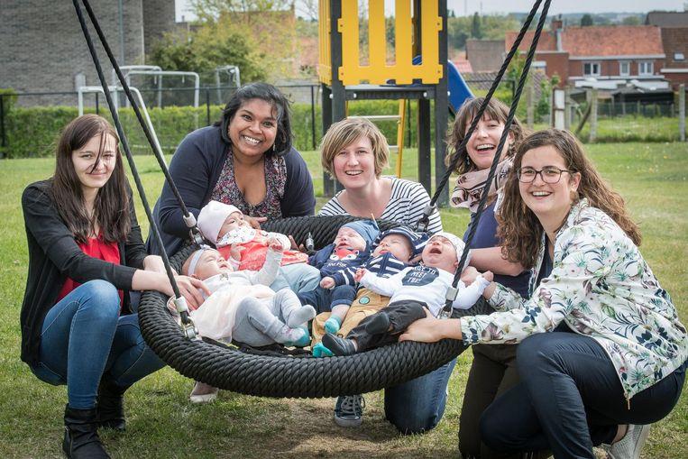 Mama Shauni met Leonie, mama Anjura met Amélie, mama Bouke met Max, mama Els met Stan en mama Julie met Ties.