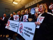 Advocaten demonstreren in toga tegen bezuinigingswoede minister Dekker: 'Sander is een schande'
