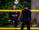 Virgil van Dijk tijdens een potje voetvolley met Giorginio Wijnaldum, zijn collega bij zowel Liverpool als Oranje.