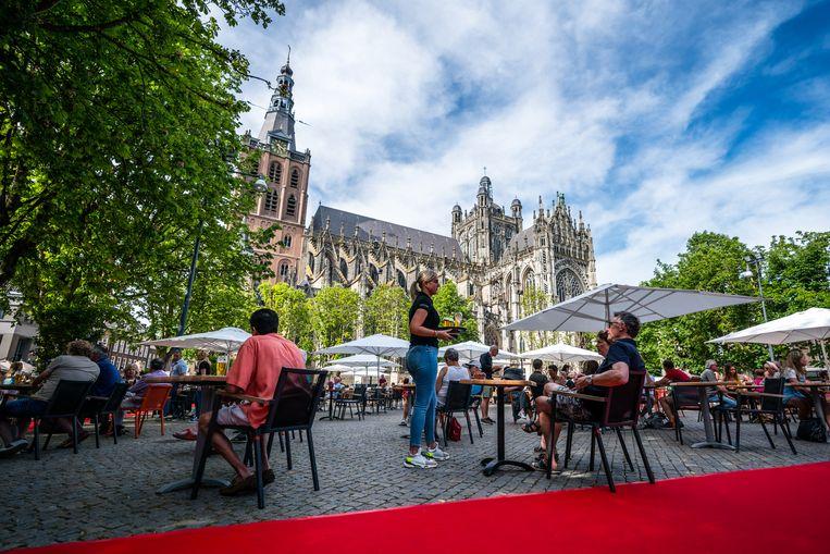 Gasten zoeken de terrassen op van cafe Hart van Brabant in Den Bosch. Beeld Hollandse Hoogte /  ANP