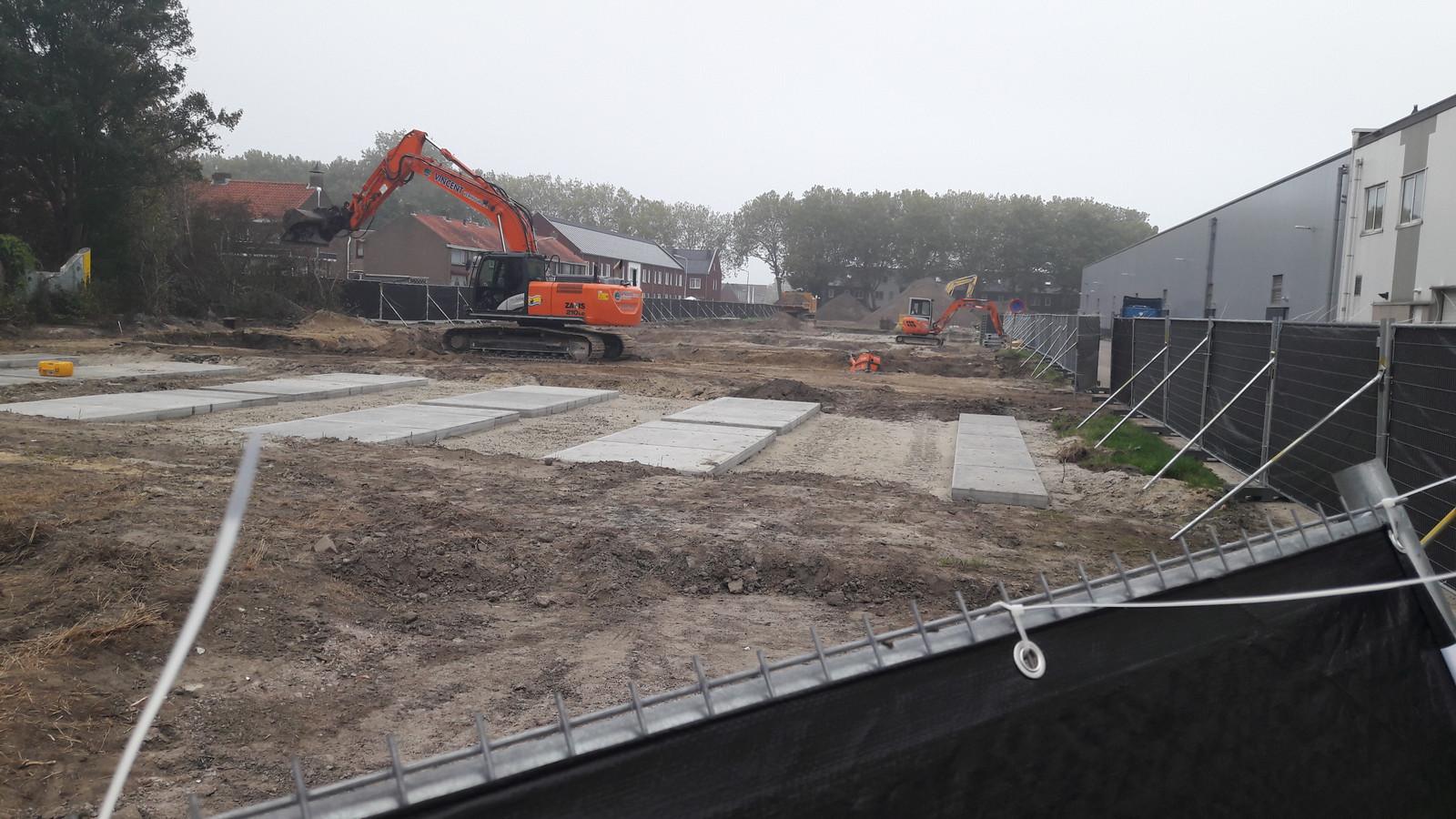 Graven worden geruimd op bouwplaats aan de Van der Peijlstraat/Kerkhoflaan in Terneuzen.
