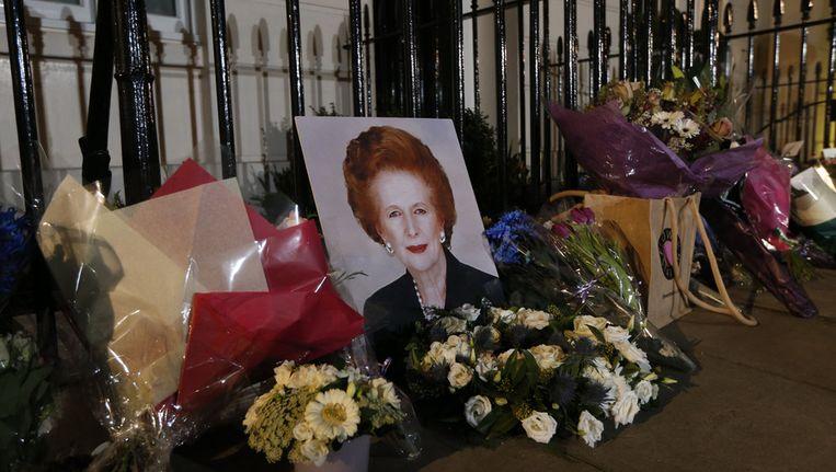 Bloemen zijn geplaatst bij het huis van Margaret Thatcher. Beeld ap