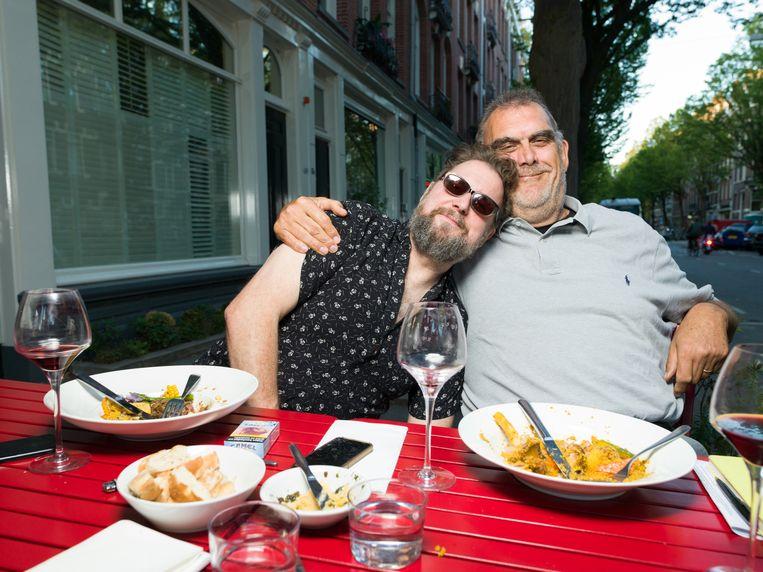Rob Hoogland en Martin Koolhoven samen op een terras in Amsterdam. Beeld Ivo van der Bent