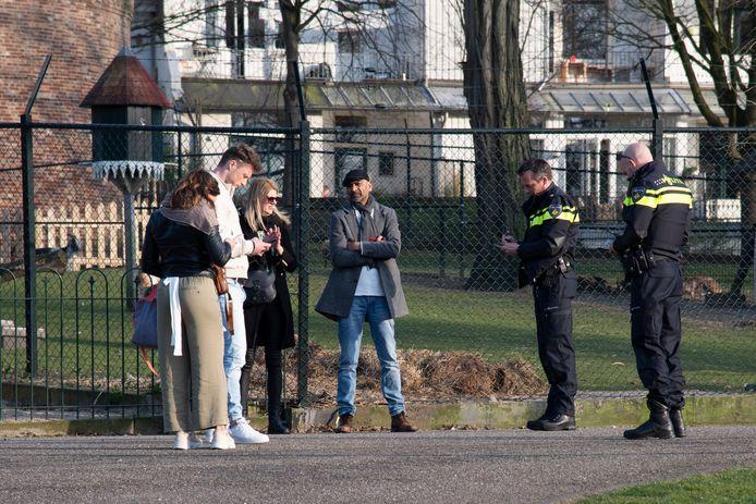 Bezoekers van Kronenburgerpark in Nijmegen krijgen een een 'coronaboete'.