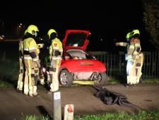 Auto blijft aan wegrand boven water hangen, vrouw gered in Dreumel