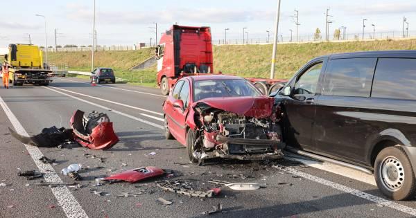 Ongeluk met twee autos en een bedrijfsbus zorgt voor flinke file op N50 bij Kampen.