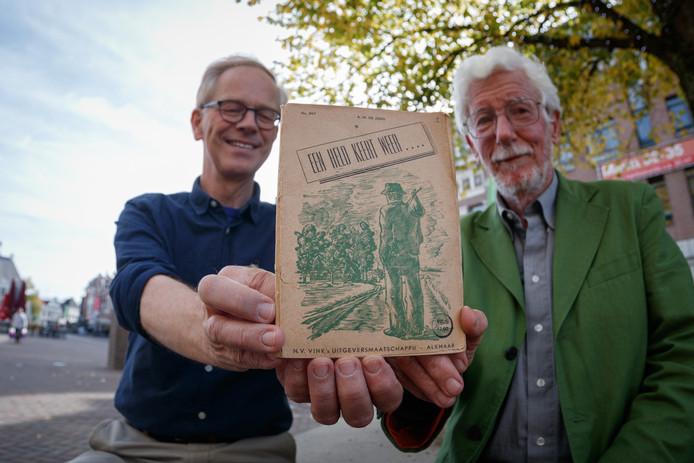 Ad Stofmeel (l.) van het Roosendaals Toneel met Sjoerd van der Veen met in hun midden het zeldzame toneelstuk van A.M. De Jong. Het boekje keert donderdag terug naar Nieuw-Vossemeer, het geboortedorp van de schrijver.