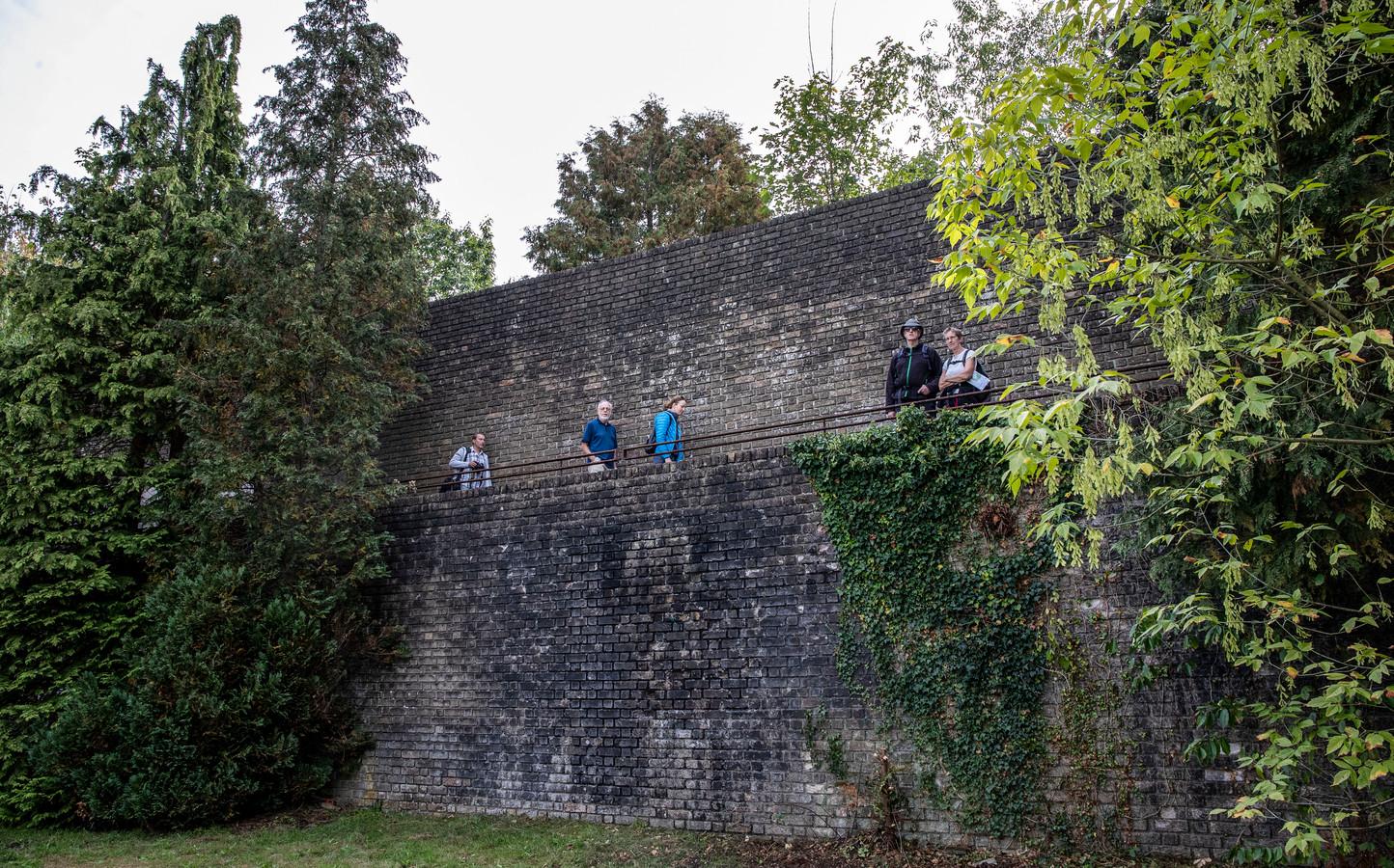 Bezoekers wandelen tijdens monumentendag over de Muur van Mussert.