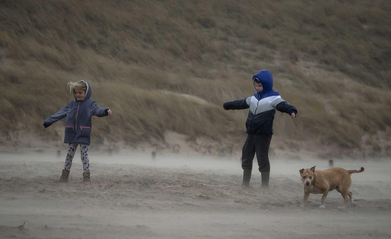 Kinderen trotseren storm Dennis in Egmond aan Zee.