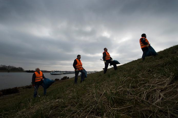 Waaljutters aan de slag in de omgeving van Tiel.