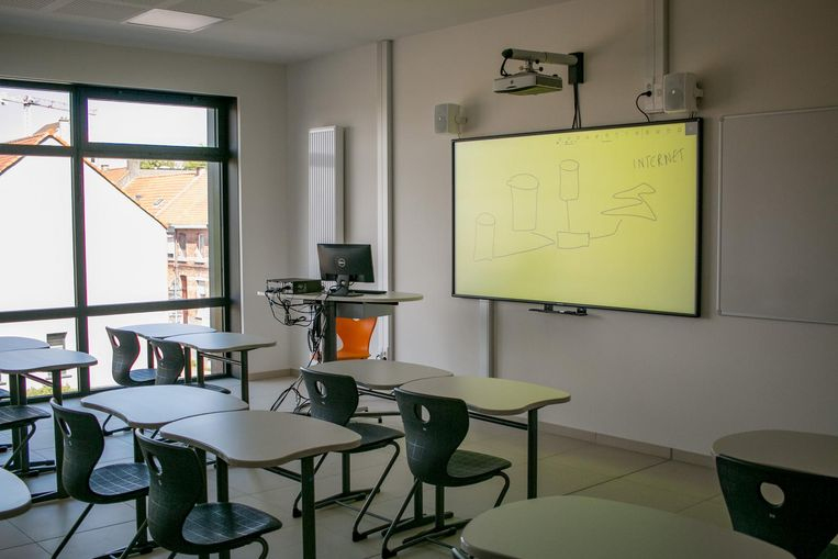 Ramen tot op de vloer, digitale borden met aanraakfunctie, overal wifi: dat zijn de moderne klaslokalen voor de eerste graad.