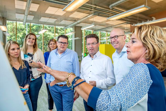 Bob Mols (tweede van rechts) aan het werk met collega's bij Heyday.