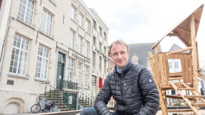 """De warmste vakantieplek van Vlaanderen, met presentator Frederic De Vos: """"Mijn raam in ons huis aan de Kleine Markt was een levend schilderij!"""""""